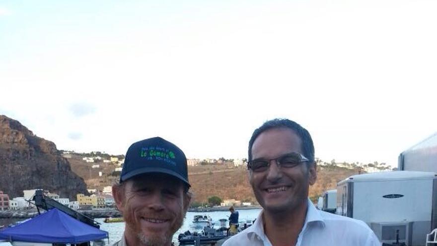 Ron Howard (i) con una gorra de La Gomera, junto al consejero de Turismo, Fernando Méndez (d) / Foto: cedida