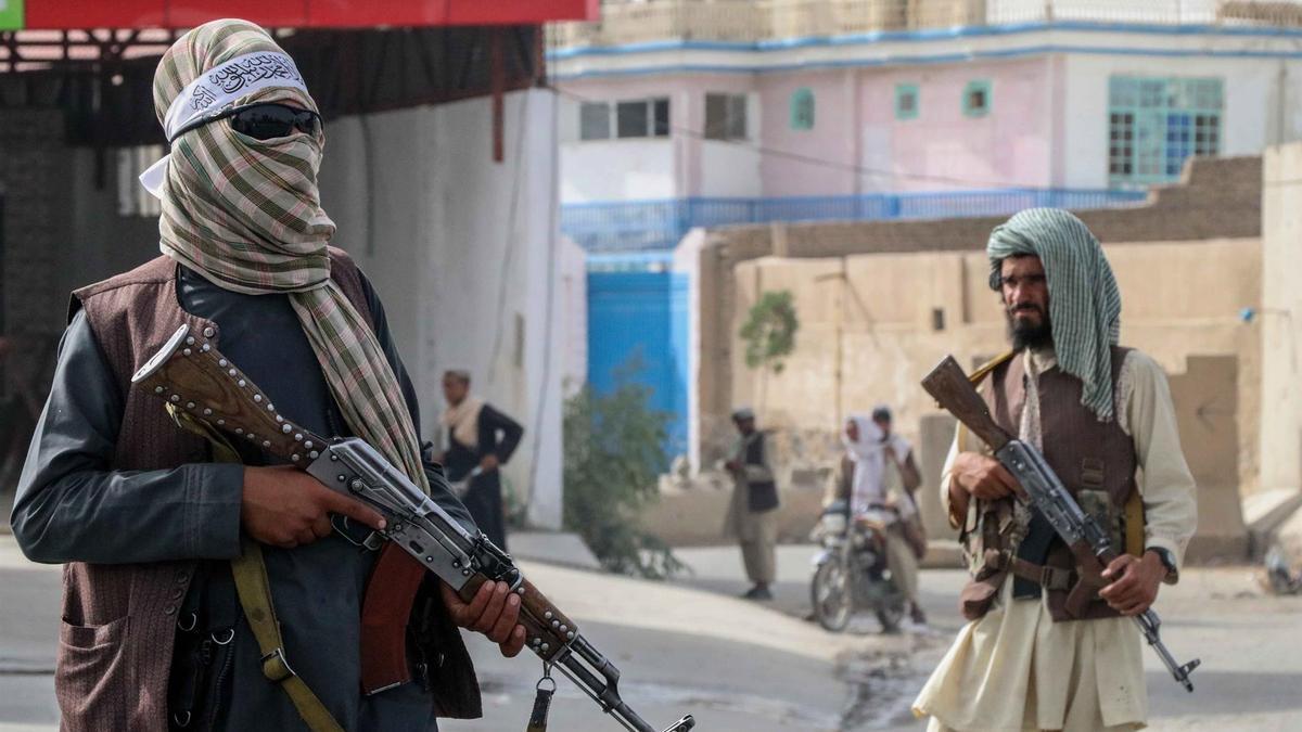 Vista de talibanes armados en Kandahar, Afganistán, el 17 de agosto de 2021.