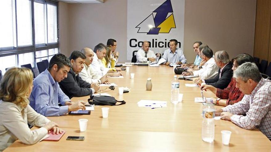 La comisión permanente de Coalición Canaria se reune en la capital tinerfeña para analizar, entre otros asuntos, la imputación judicial de su candidato a la presidencia del Gobierno, Fernando Clavijo. (Efe/Cristóbal García).