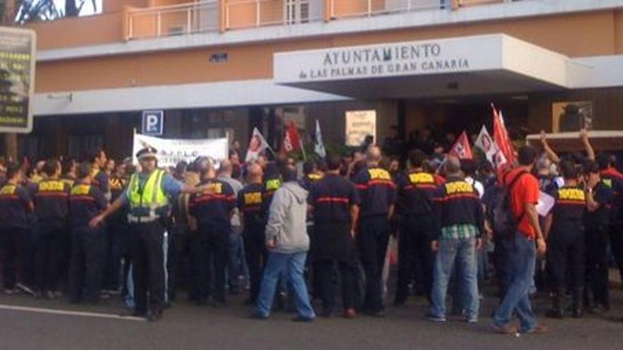 Protesta laboral de la Plataforma de Conflicto del Ayuntamiento de Las Palmas de Gran Canaria, con policías, bomberos y funcionarios en las oficinas municipales del hotel Metropol