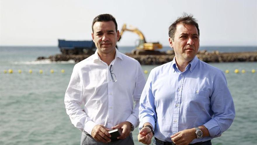 El alcalde Santa Cruz de Tenerife, José Manuel Bermúdez (d), visitó hoy la zona donde se realizan las obras del dique de San Andrés. EFE/Cristóbal García