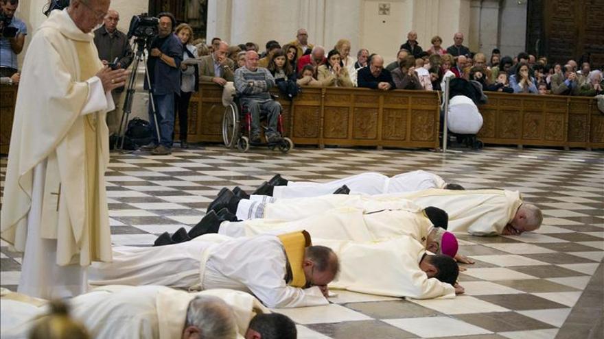 """El arzobispo de Granada se postra ante el altar para pedir perdón por los """"escándalos"""""""