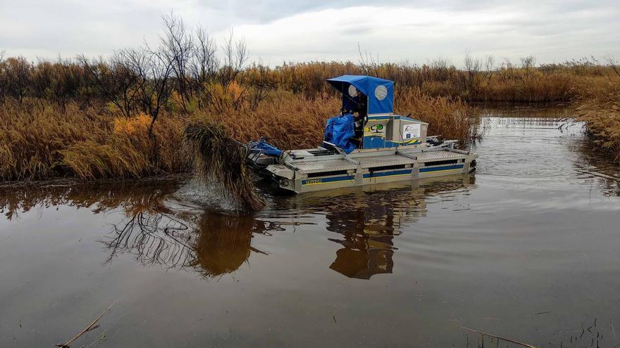 Máquina anfibia de siega en humedales