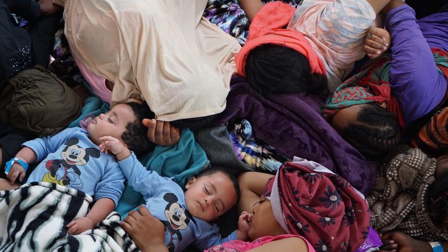 Rabiya duerme junto a sus dos bebés mellizos.