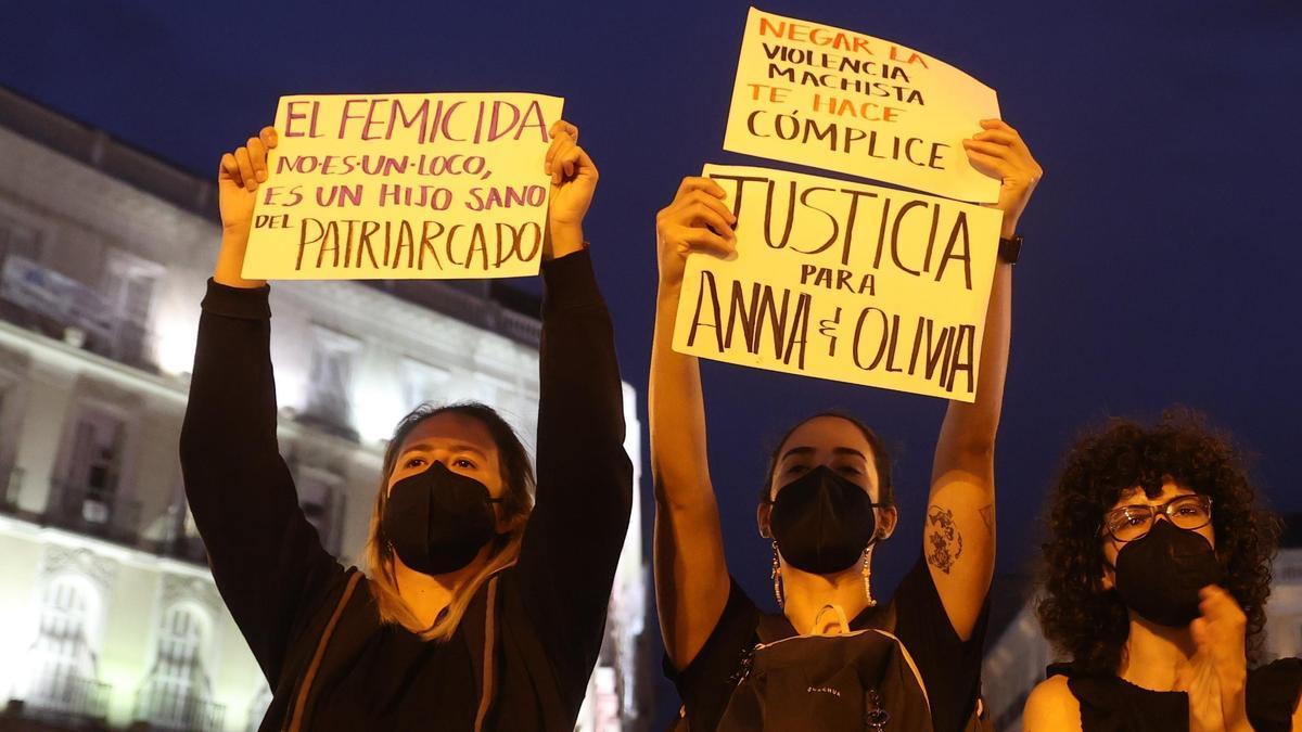 Dos mujeres en la manifestación en Madrid por el asesinado de Ana y Olivia.