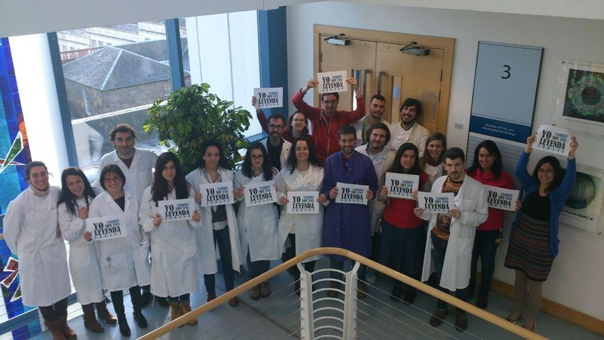 """Científicos españoles en el College of Life Sciences, Dundee, Escocia. La imagen forma parte de la campaña de la AACTE """"Yo también soy una Leyenda Urbana""""."""