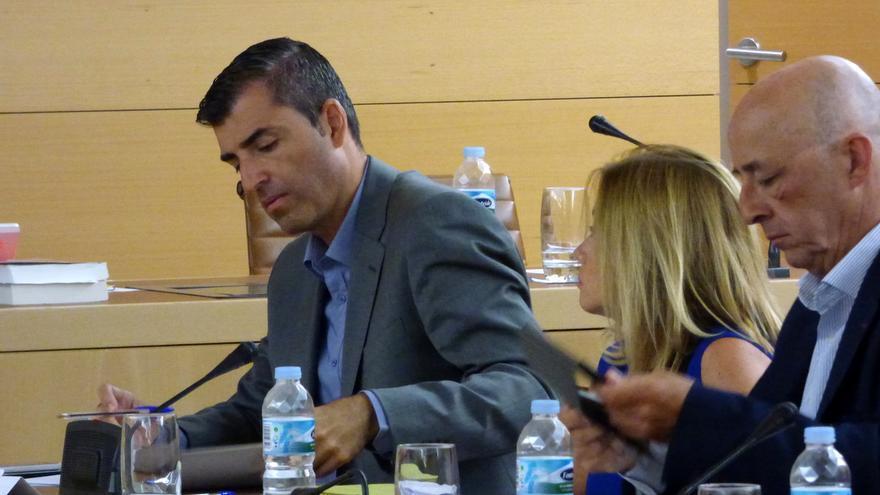 Manuel Domínguez (izda) en un pleno del Cabildo de Tenerife