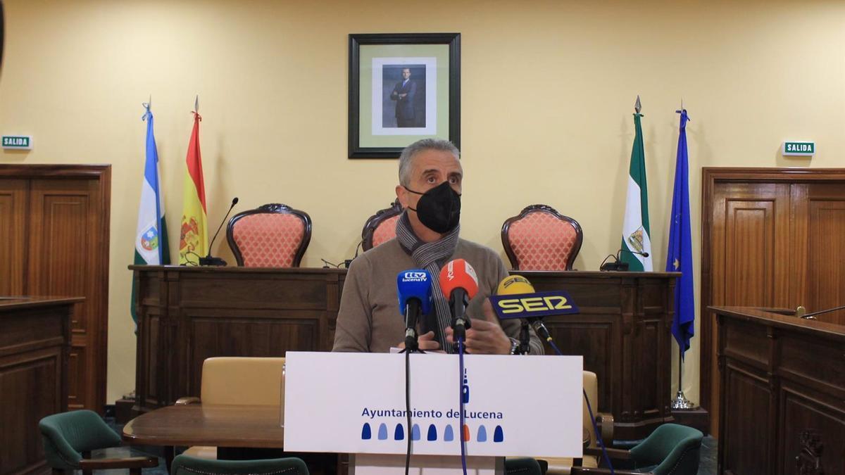 El alcalde de Lucena, Juan Pérez, en el Ayuntamiento.