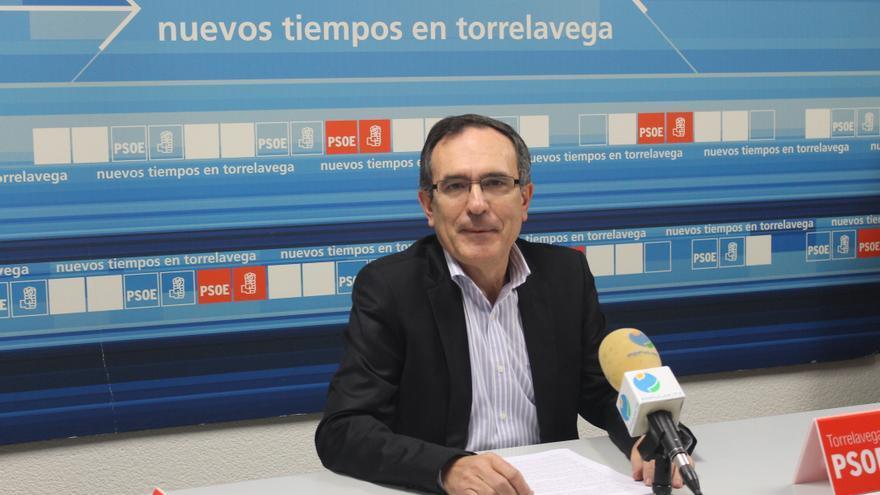 Cruz Viadero presentando el programa del PSOE Torrelavega