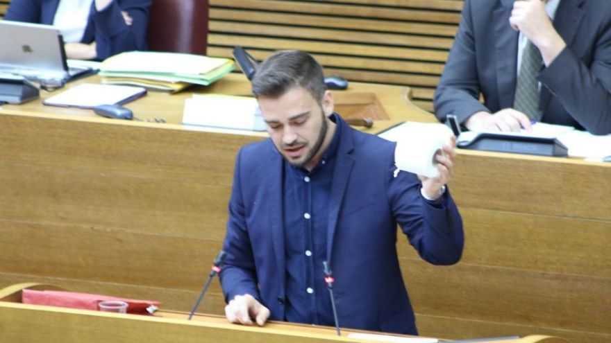 Fran Ferri amb un rotllo de paper higiènic a l'intervenció sobre inversions
