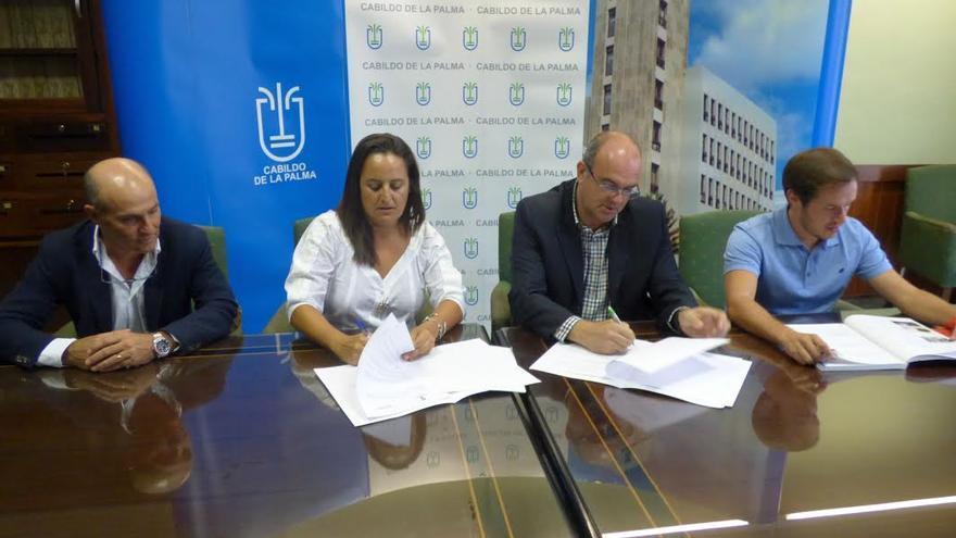En la imagen, acto de firma del convenio.