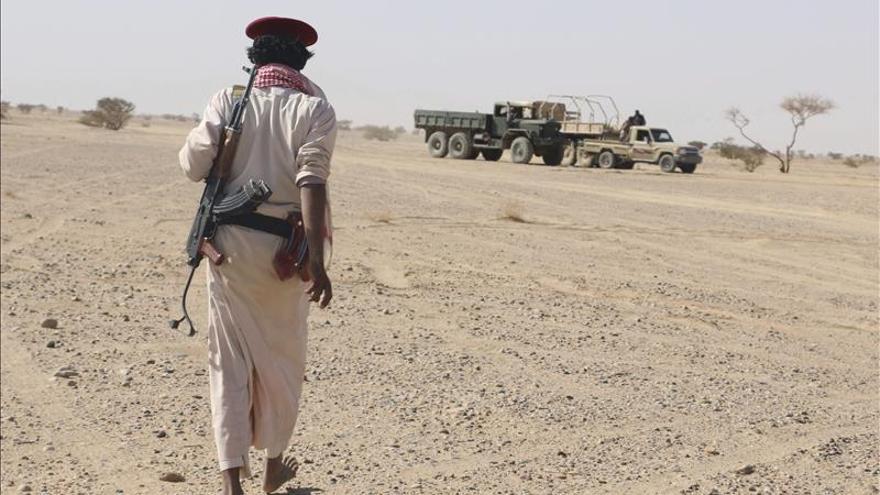 Los rebeldes hutíes lanzan un misil contra un campamento militar en el sur saudí