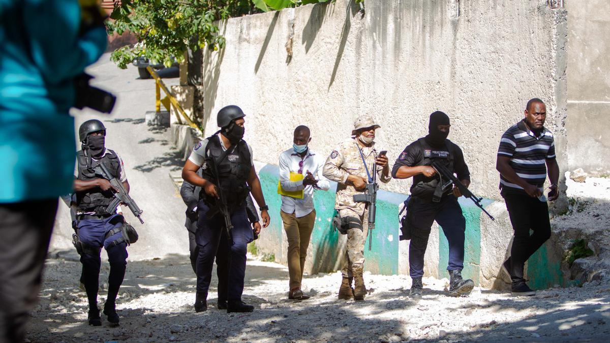 Agentes policiales trabajan cerca de la casa del asesinado presidente haitiano, Jovenel Moise, en Puerto Príncipe (Haití).