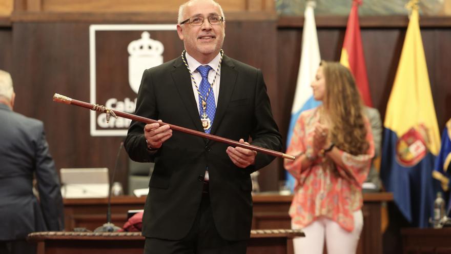 Antonio Morales, con el bastón de mando del Cabildo de Gran Canaria. (ALEJANDRO RAMOS)