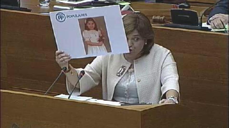 Instante en el que Isabel Bonig muestra la foto de su primera comunión (foto: @escanyat)