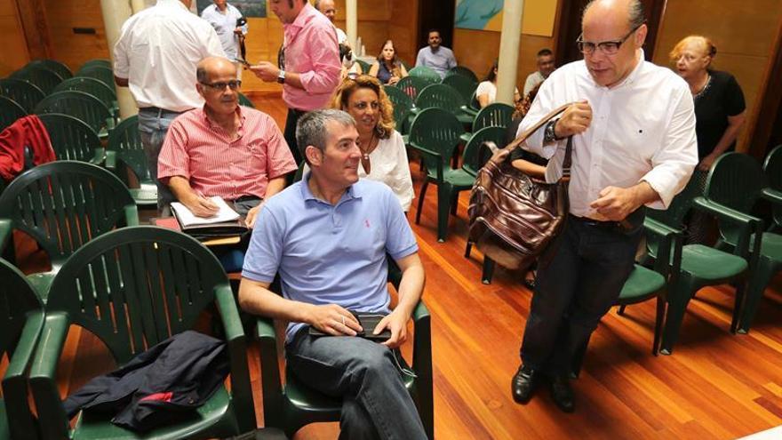 El presidente del Gobierno de Canarias, Fernando Clavijo (i), y el secretario general de Coalición Canaria, José Miguel Barragán (d), durante la reunión de su Consejo Político Nacional.