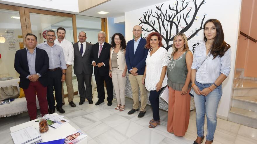 La consejera andaluza de Igualdad, Rocío Ruiz, con el Defensor del Pueblo andaluz, Jesús Maeztu, miembros de la comisión parlamentaria de Infancia y responsables de SAMU, que gestiona el centro de menores extranjeros no acompañados en Macarena (Sevilla).