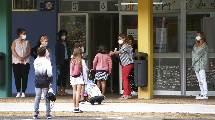 Archivo - Alumnos acuden al CEIP Macías Picavea en el primer día del curso escolar 2020-2021, en Santoña.