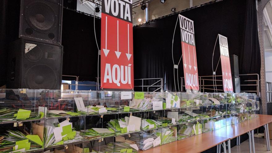 Urnas con las papeletas de la consulta ciudadana.
