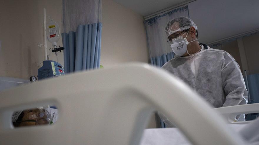Un paciente con COVID-19 recibe tratamiento en el hospital de Manaus (Brasil), el 2 de junio del 2020. EFE/RAPHAEL ALVES/Archivo