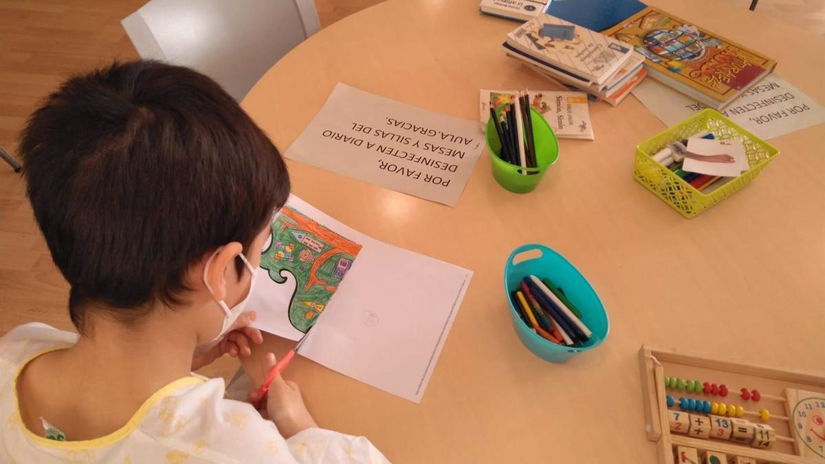 Un alumno asiste a clase en un aula hospitalaria de Córdoba.