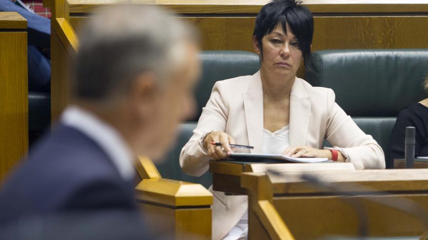 Maddalen Iriarte, atendiendo al lehendakari, Iñigo Urkullu, en el Parlamento