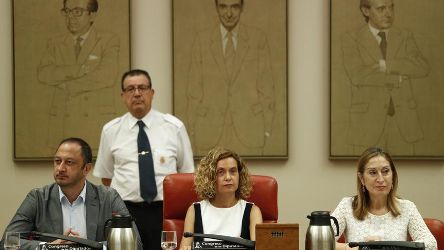 Meritxell Batet y Ana Pastor, antes del inicio de la Diputación Permanente del Congreso.