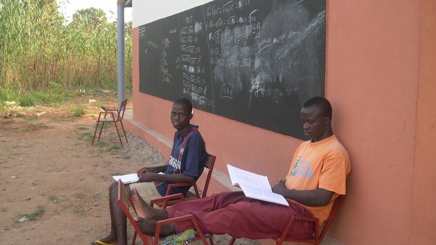 Jóvenes estudiando en Benín.