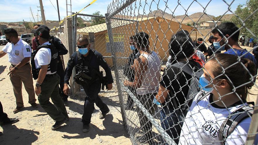 Policías rescatan a 140 migrantes secuestrados cerca de frontera México EEUU