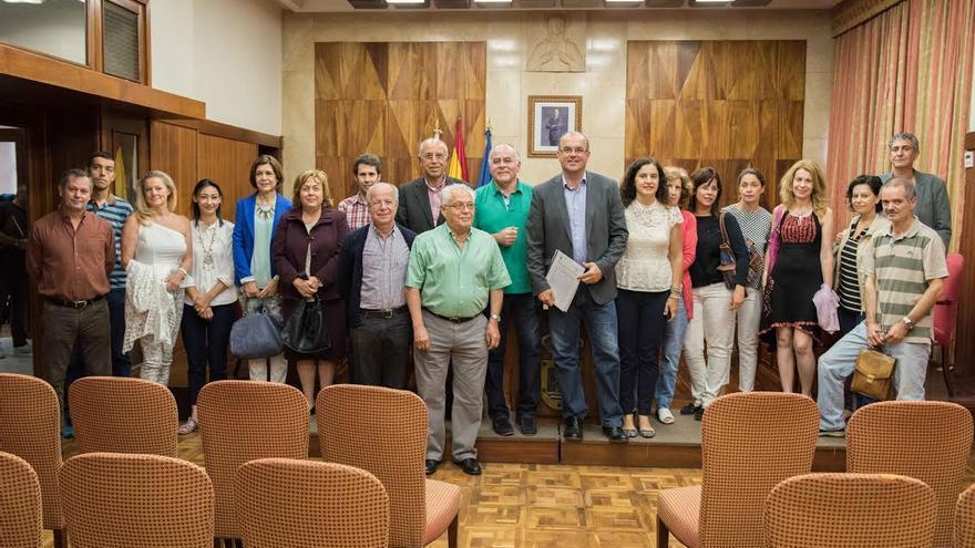 En la imagen, el presidene y vicepresidente del Cabildo, así como la consejera de Asuntos Sociales (centros), con farmacéuticos y representantes de la Residencia de Pensionistas.