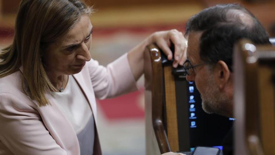 El presidente del Gobierno, Mariano Rajoy, charla con la presidenta del Congreso, Ana Pastor, en 2016.