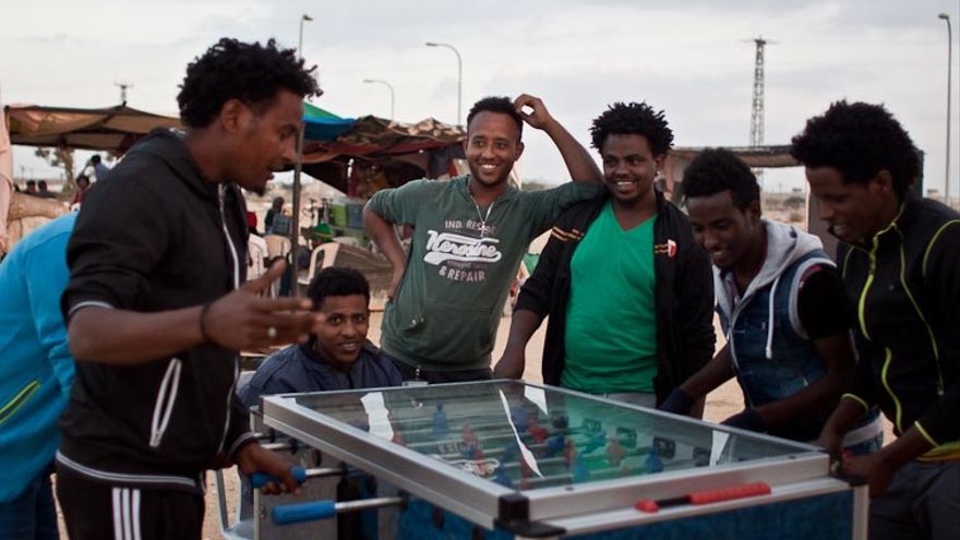 Algunos refugiados juegan al dominó mientras esperan que pase su tiempo en Holot. |Foto: Isabel Cadenas Cañón