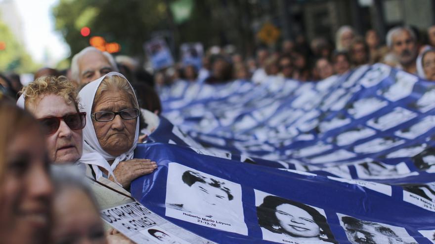 Las madres y abuelas de Plaza de Mayo siguen peleando por identificar a los desaparecidos y a los niños robados durante la dictadura.