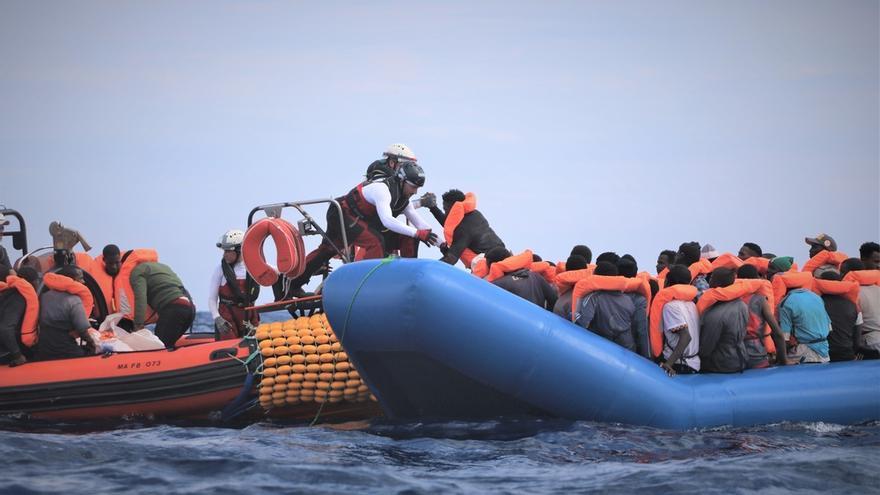El rescate de medio centenar de personas por la tripulación del Ocean Viking.