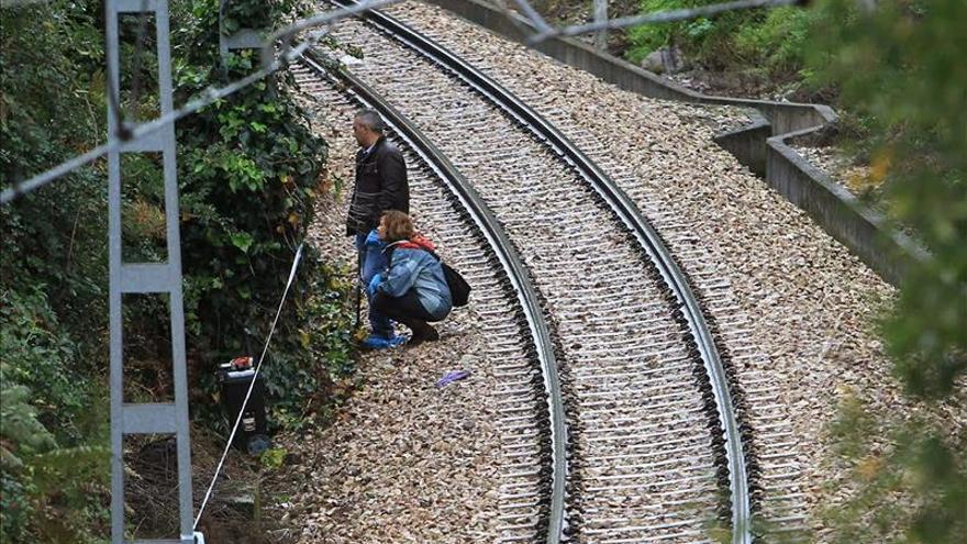 Hallan un bebé muerto dentro de una maleta sobre las vías del tren en Oviedo