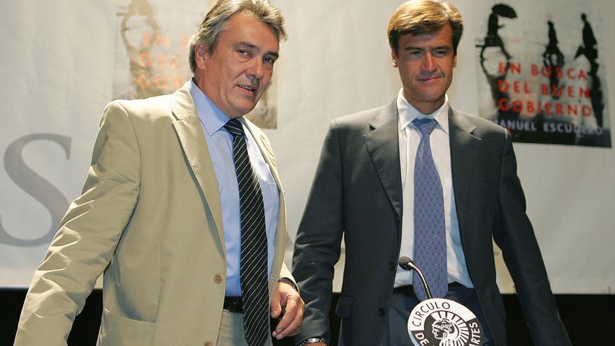 Manuel Escudero, en la presentación de un libro junto al entonces ministro de Justicia, Juan Fernando López Aguilar, en septiembre de 2005. EFE