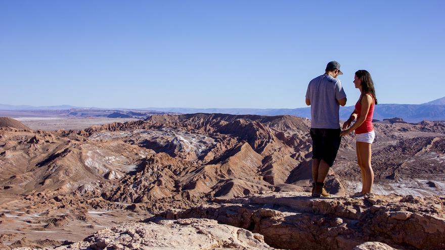 Una pareja mira hacia el Valle de La Muerte.