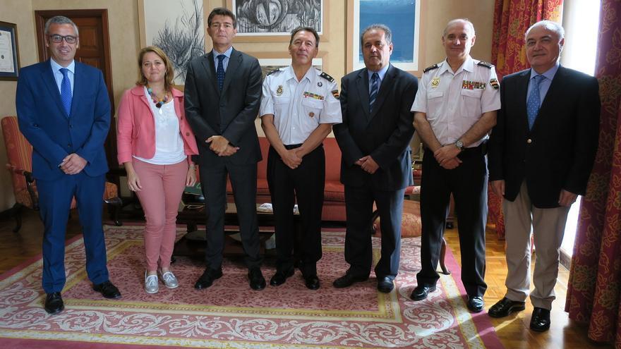 Un momento de la visita al Cabildo deel nuevo responsable de la Policía Nacional de Santa Cruz de La Palma.