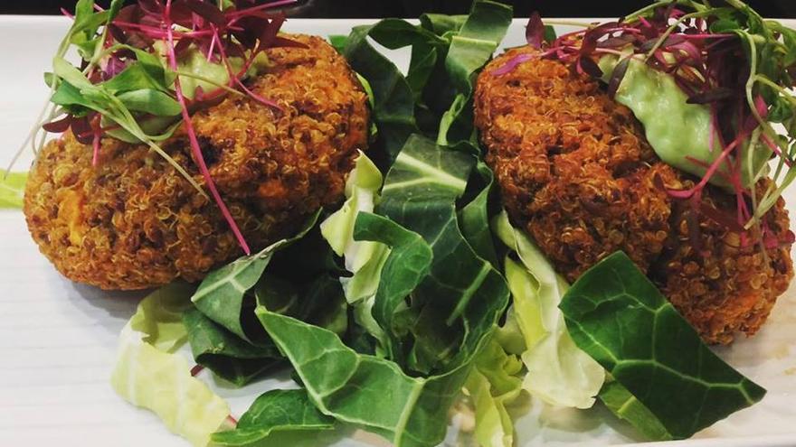 Plato vegetariano en Kin Café, uno de los vegetarianos más celebrados de Londres. Kin Café