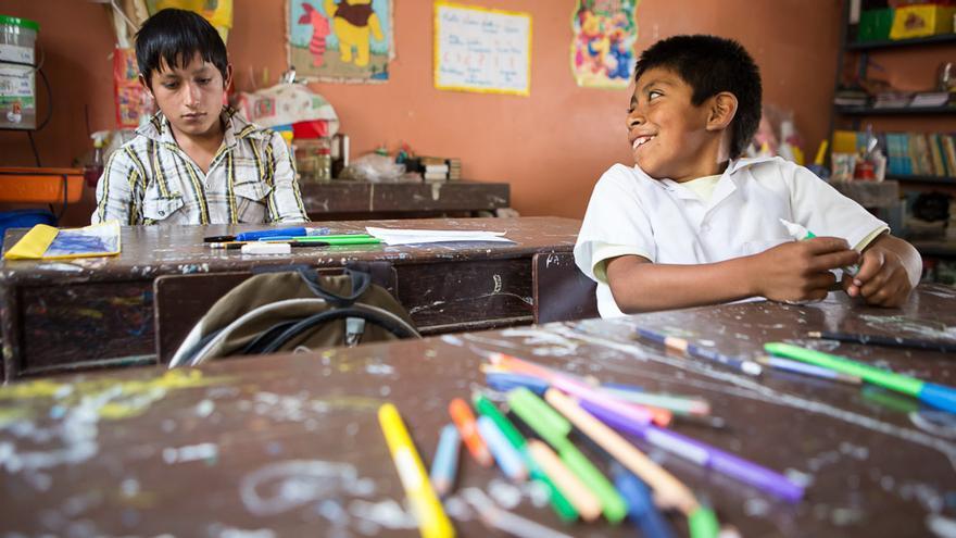 Daniel Guaniz (izquierda) tiene 15 años y acaba de retomar sus estudios en la escuela de Conoden, Perú. El año pasado abandonó las clases para trabajar y apoyar la economía familiar. En la escuela, ese es uno de los principales retos: conseguir que adolescentes como él vuelvan a las aulas. (Salva Campillo/AEA).