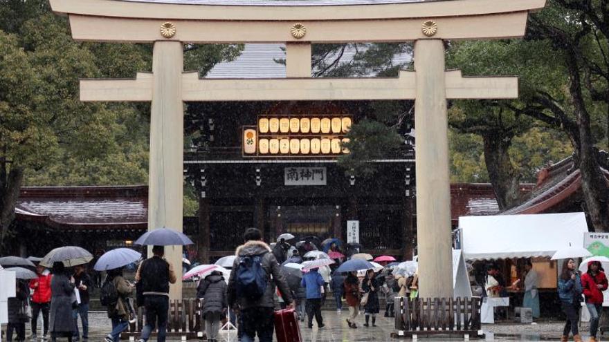 Fotografía del 18 de enero del santuario sintoísta de Meiji, en Tokio, que celebra este año cien años desde su fundación como centro religioso consagrado a la figura del emperador Meiji, la figura que a partir de 1868 sacó a Japón de su tradicional aislamiento. Gran parte del complejo religioso fue destruido por unas 1.600 bombas que cayeron durante la II Guerra Mundial, y se tardó trece años en reconstruirlo. Meiji Jingu osantuariode Meiji es uno de los centros sintoístas más visitados por los turistas que acuden aJapón, pero para los nipones es el símbolo de una época con enormes cambios en la historia del país y también por las heridas que dejó la guerra.