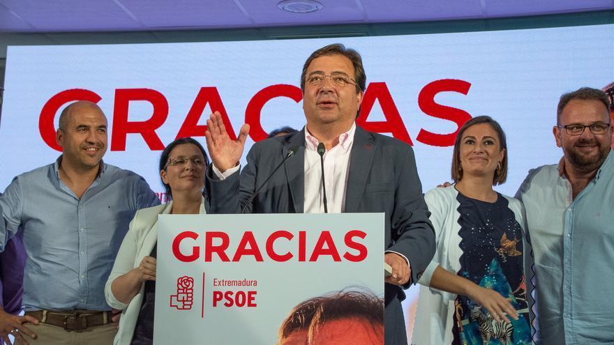 El presidente de la Junta de Extremadura, Guillermo Fernández Vara, en declaraciones ante los medios de comunicación, tras ganar la mayoría absoluta con el PSOE.
