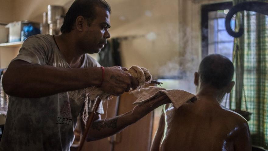 Un terapeuta ayurvédico trata a Zafar con vapor. / FOTO:  Bernat Parera
