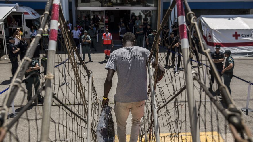 Uno de los rescatados por el Open Arms desembarca en el puerto de Barcelona.