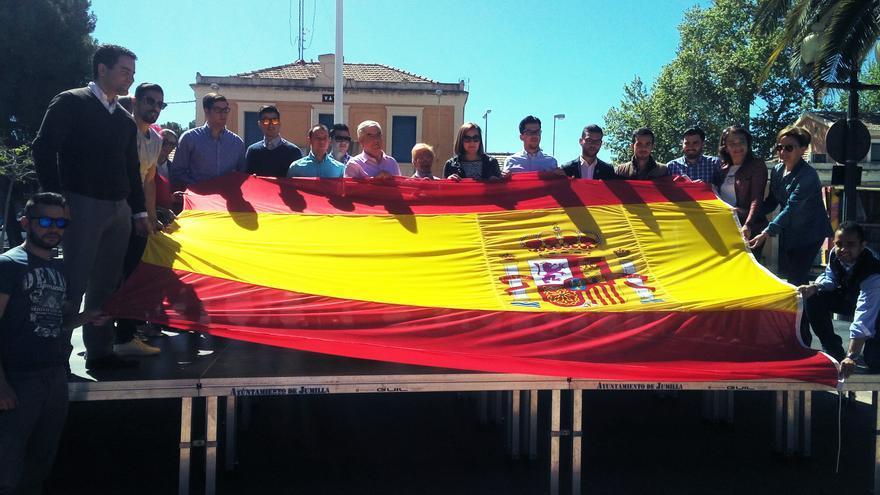 Nuevas Generaciones coloca la la bandera de España en el Paseo Poeta Lorenzo Guardiola de Jumilla