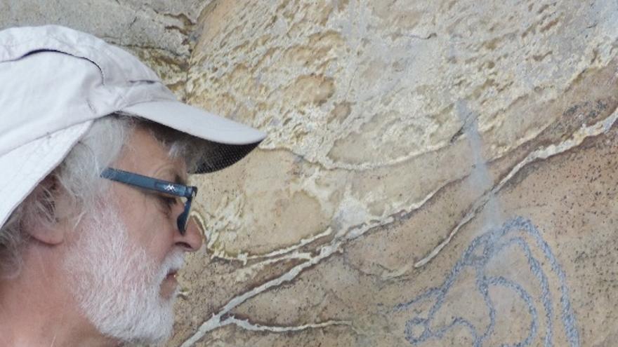Tomás Oropesa reproduciendo los grabados rupestres de La Corujera en el Centro de Interpretación del Parque Arqueológico del Tendal (Foto: Jorge Pais).