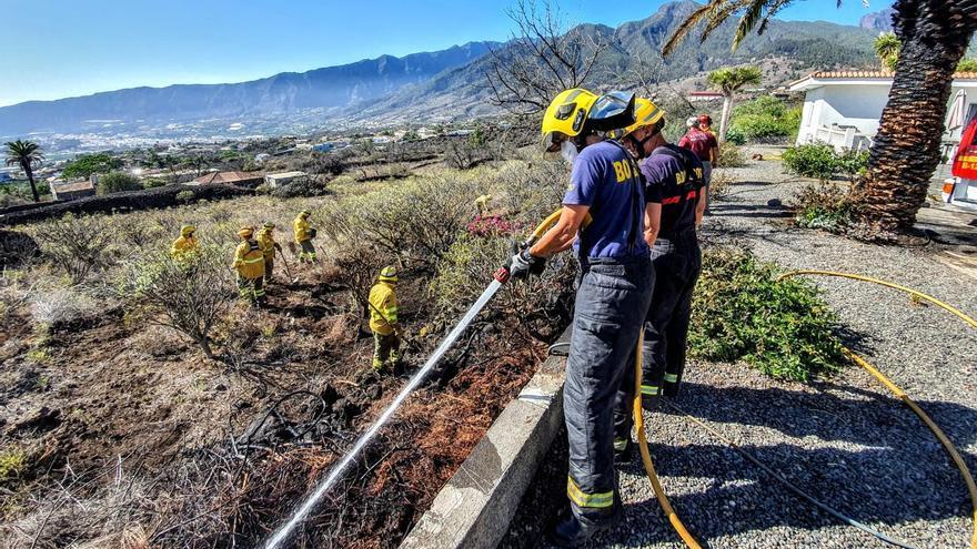 Un momento de la intervención del dispositivo containcendios  en la extinción del conato registrado en la tarde de este martes en El Paso.