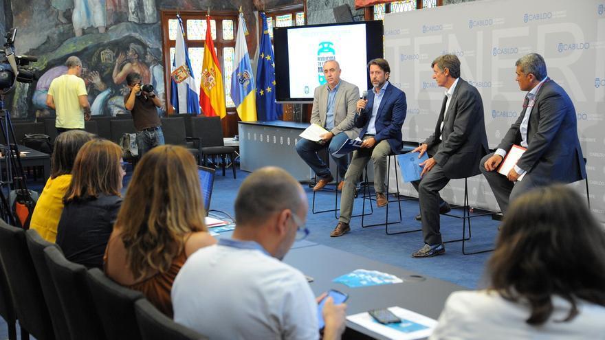 Carlos Alonso, junto a una nutrida representación del Cabildo, en la rueda de prensa de este jueves