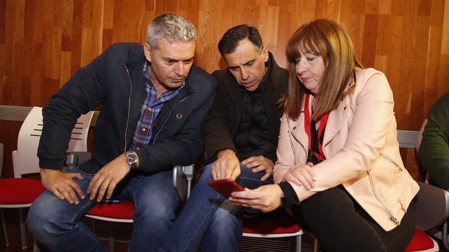 Miembros del PSOE consultando los resultados electorales | ÁLEX GALLEGOS