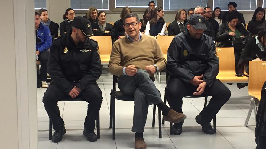 Jorge Roca, entre dos policías, en el juicio del caso Emarsa.